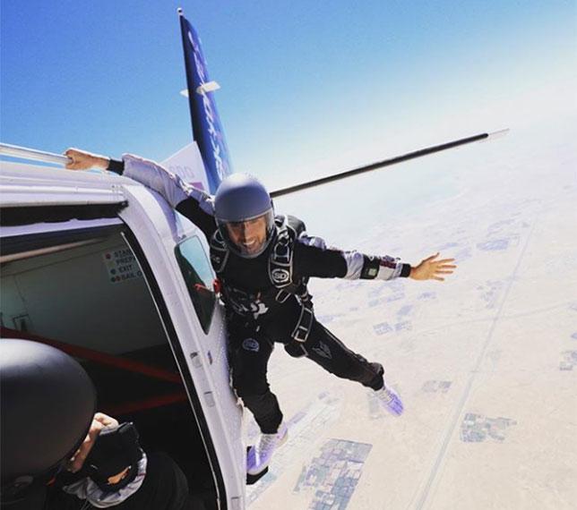 Льюис Хэмилтон готовится к прыжку