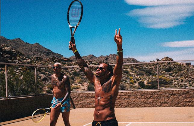 Льюис Хэмилтон на теннисном корте