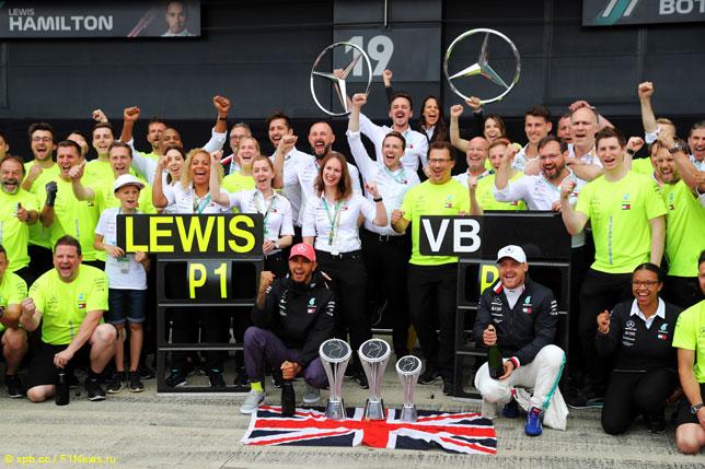 В Mercedes празднуют победный дубль в Сильверстоуне