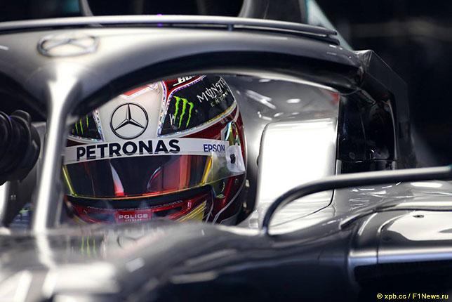 Льюис Хэмилтон в кокпите Mercedes W10