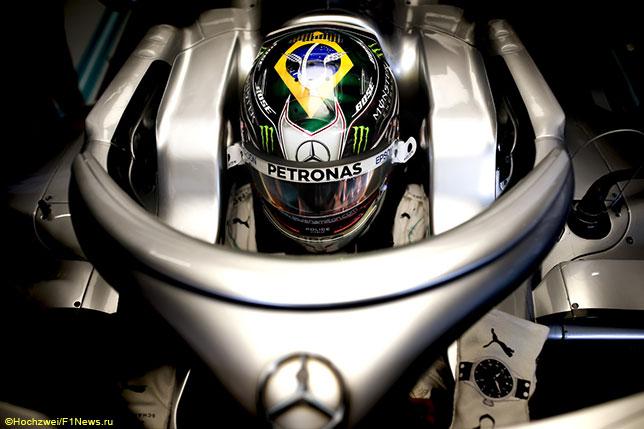 Льюис Хэмилтон в кокпите Mercedes W10 на тренировках в Бразилии