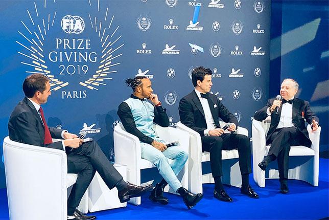 Льюис Хэмилтон, Тото Вольфф и Жан Тодт, президент FIA, на пресс-конференции в Париже