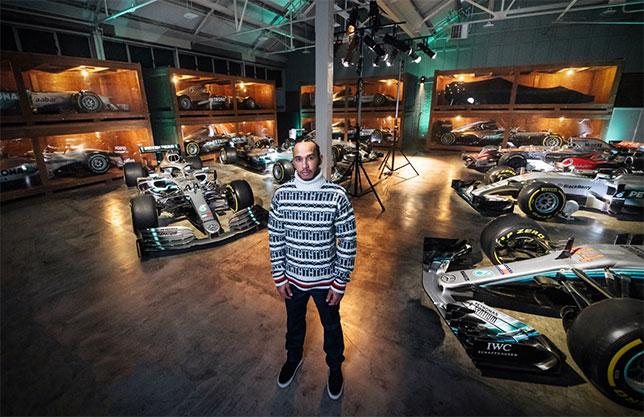 Льюис Хэмилтон в музее команды Mercedes