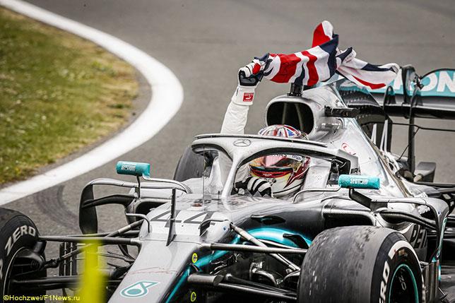 Льюис Хэмилтон за рулём Mercedes после финиша Гран При Великобритании