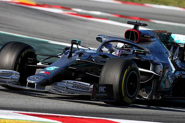 Льюис Хэмилтон за рулём Mercedes W11 на трассе в Барселоне