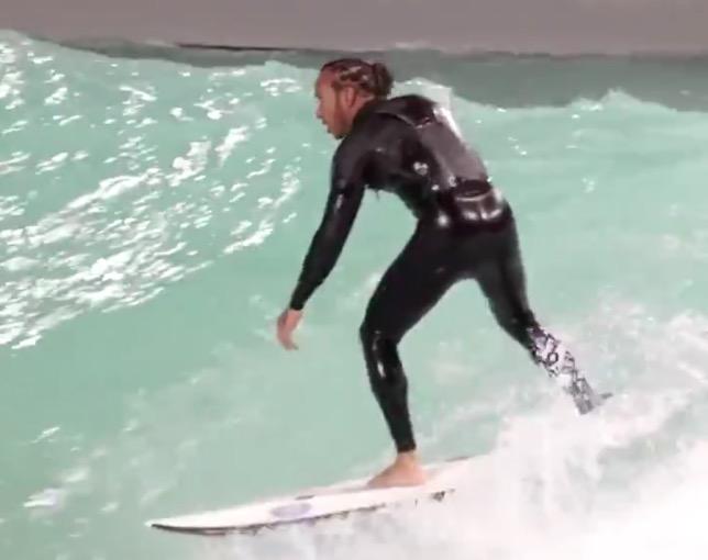 Льюис Хэмилтон занимается сёрфингом в Мельбурне