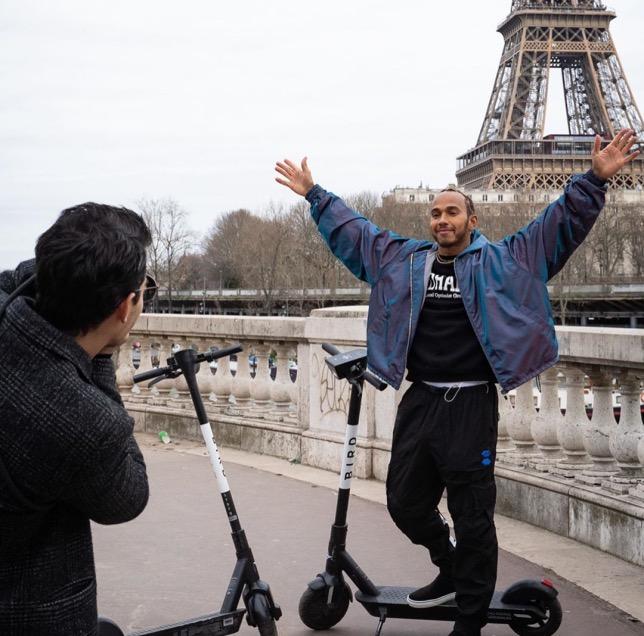 Льюис Хэмилтон во время съёмок программы Джо Джонаса, посвящённой Парижу
