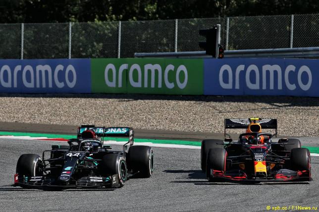 Гран При Австрии. Льюис Хэмилтон (слева) и Александер Элбон
