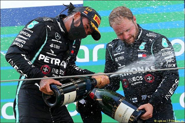 Льюис Хэмилтон и Валттери Боттас на подиуме Гран При Испании