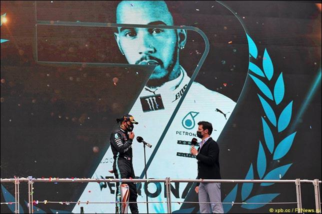 Льюис Хэмилтон и Марк Уэббер на церемонии награждения в Турции