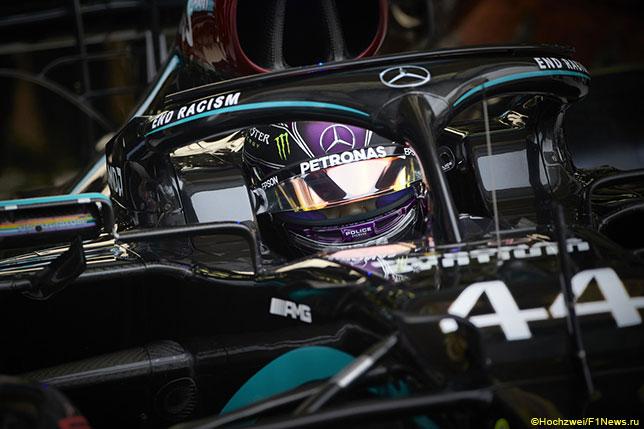 Льюис Хэмилтон за рулём Mercedes W11