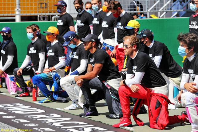 Гонщики преклоняют колено перед стартом