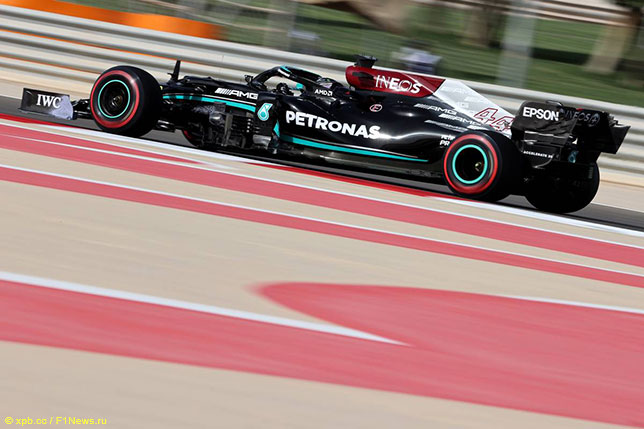 Льюис Хэмилтон за рулём Mercedes W12т на тренировке в Бахрейне