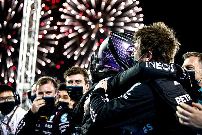 Льюис Хэмилтон с Mercedes празднуют победу