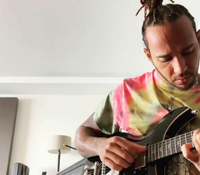 Льюис Хэмилтон играет на гитаре Дэвида Боуи, скриншот из видео, размещённого в Instagram гонщика