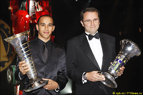 Льюис Хэмилтон (слева) и Стефано Доменикали, глава Ferrari, на церемонии FIA
