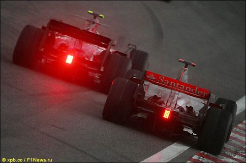 Себастьян Феттель обходит Льюиса Хэмилтона во время Гран При Бразилии 2008 года