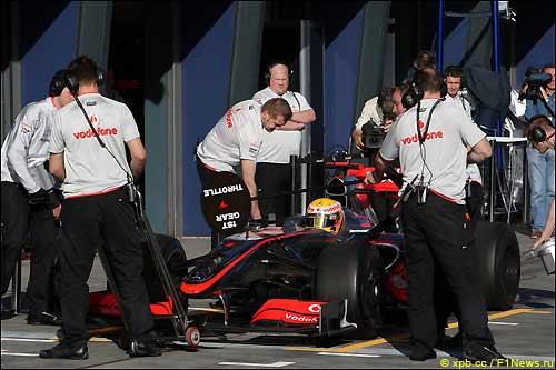 Команда McLaren во время тренировки в Мельбурне