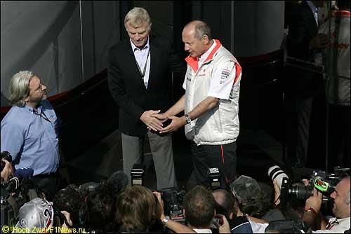 Протокольное рукопожатие Макса Мосли и Рона Денниса, 2007 год