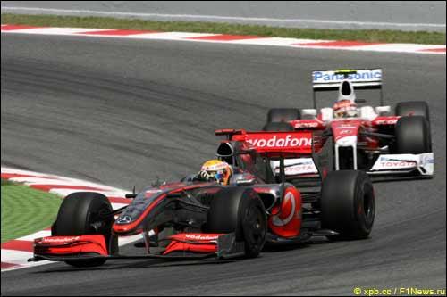 Льюис Хэмилтон обороняется от Тимо Глока, Гран При Испании 2009 г.