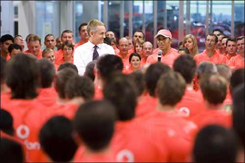 Льюис Хэмилтон выступает перед командой в Уокинге
