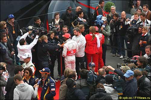 Групповое интервью с гонщиками