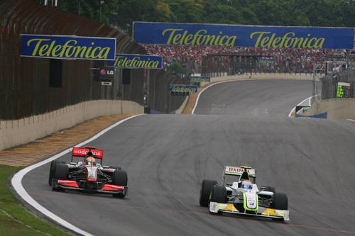 Гран При Бразилии. Автодром Интерлагос. Льюис Хэмилтон (слева) ведет борьбу с Рубенсом Баррикелло