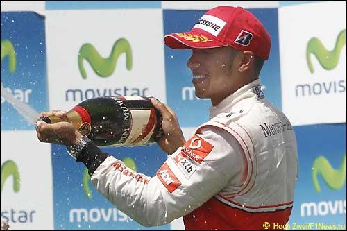 Льюис Хэмилтон на подиуме Гран При Валенсии