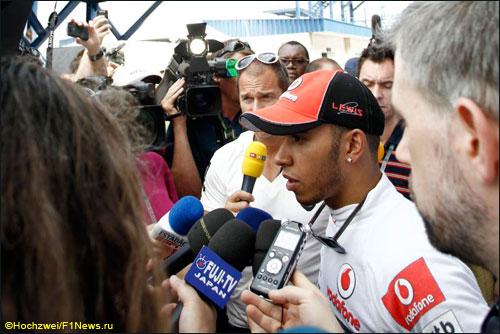 Льюис Хэмилтон в паддоке Гран При Бразилии