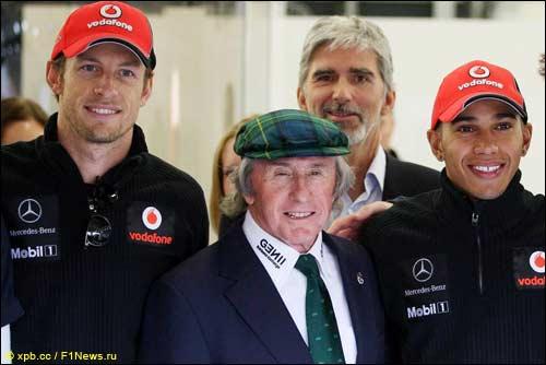 Джеки Стюарт с гонщиками McLaren, на заднем плане - Деймон Хилл