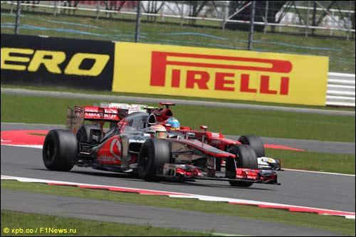 Борьба Льюиса Хэмилтона и Фернандо Алонсо в Гран При Великобритании