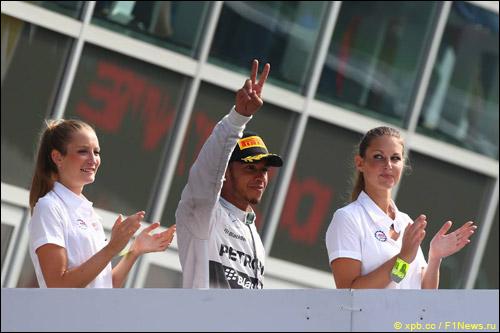 Льюис Хэмилтон на подиуме Гран При Италии