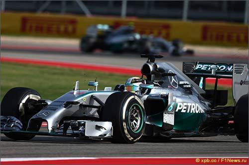 Льюис Хэмилтон за рулём Mercedes W05