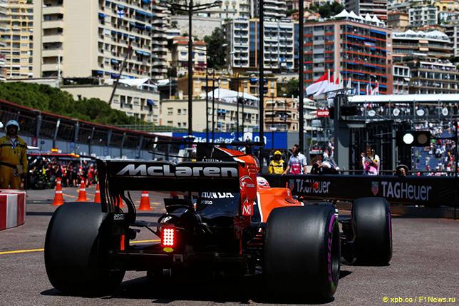 McLaren Дженсона Баттона на пит-лейн в Монако