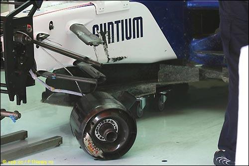 F1.09 Ника Хайдфельда в боксах после аварии