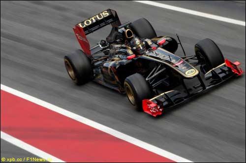 Ник Хайдфельд за рулем Renault R31 на тестах в Барселоне