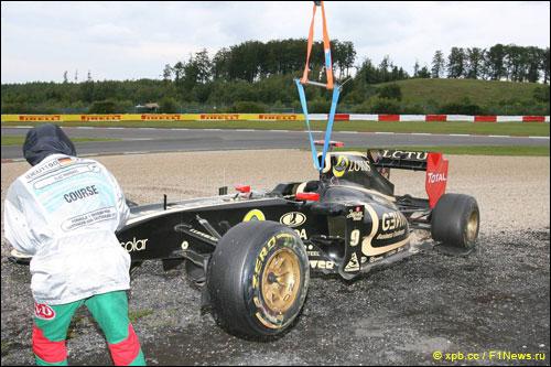 Машину Ника Хайдфельда эвакуируют после аварии на Гран При Германии