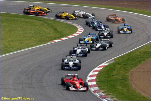 Михаэль Шумахер лидирует на старте Гран При Испании 2002 года