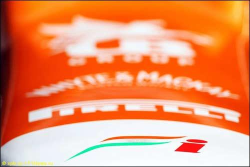 Логотип Force India на носовом обтекателе VJM05