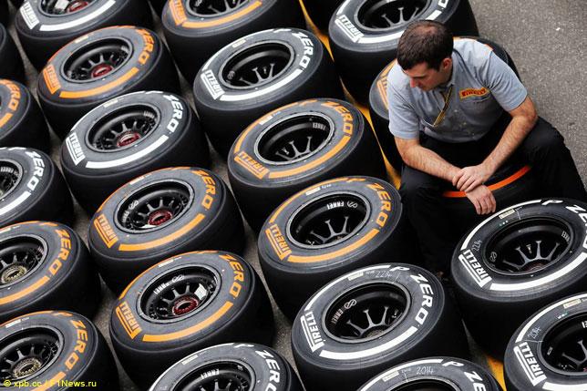 Инженер Pirelli с шинами Hard и Medium
