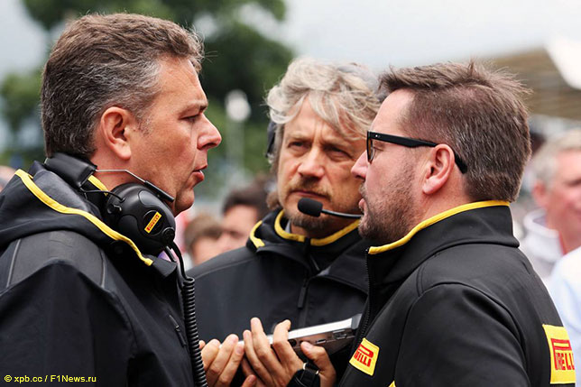 Пол Хембри (справа) и Марио Изола, спортивный директор Pirelli