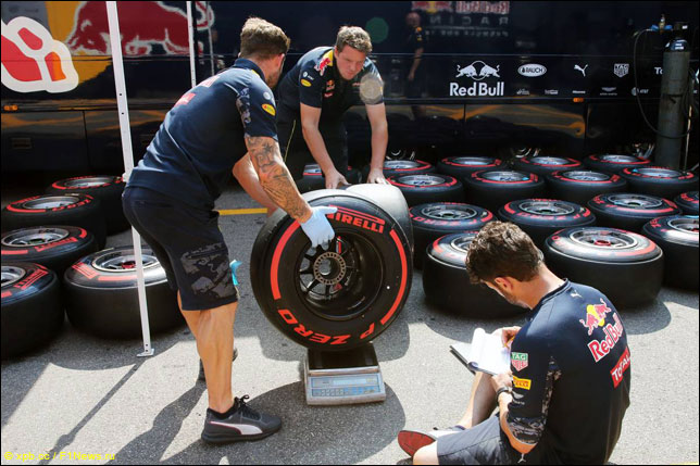 Механики Red Bull Racing работают с шинами Pirelli