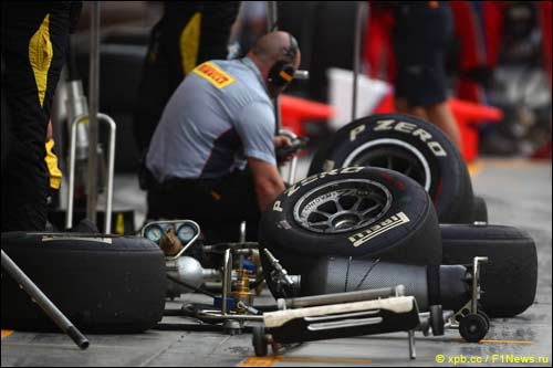 Инженер Pirelli работает с резиной