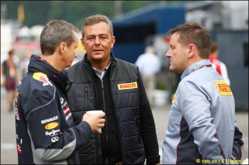 Пол Хэмбри с инженерами Red Bull Racing и Pirelli