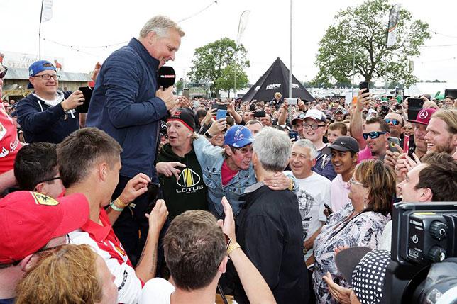 Джонни Херберт на встрече с британскими болельщиками в Сильверстоуне