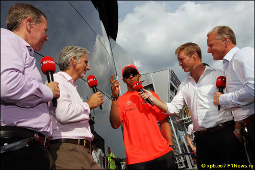 Льюис Хэмилтон дает интервью Sky Sports