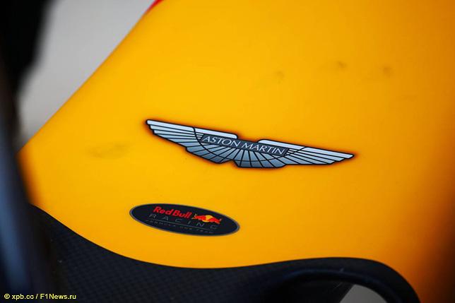 Логотип Aston Martin на машине Red Bull Racing, 2016 год