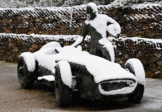 Занесённый снегом памятник Хуану-Мануэлю Фанхио на автодроме в Барселоне
