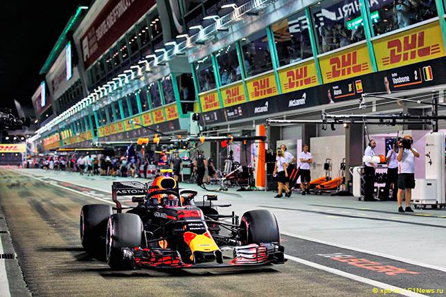 Макс Ферстаппен на трассе в Сингапуре