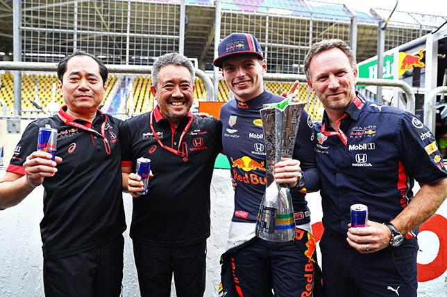 (справа налево) Кристиан Хорнер, Макс Ферстаппен, Масаши Ямамото и Тойхару Танабе